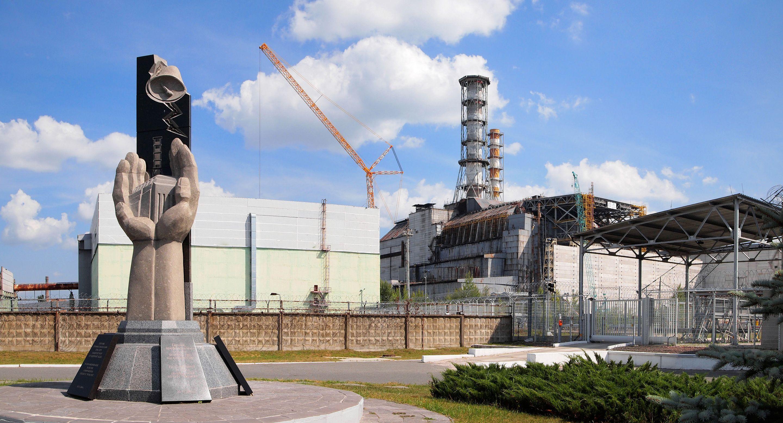 Đài tưởng niệm vụ nổ lò phản ứng hạt nhân Chernobyl sau thảm họa. Lò phản ứng số 4 phía bên phải.